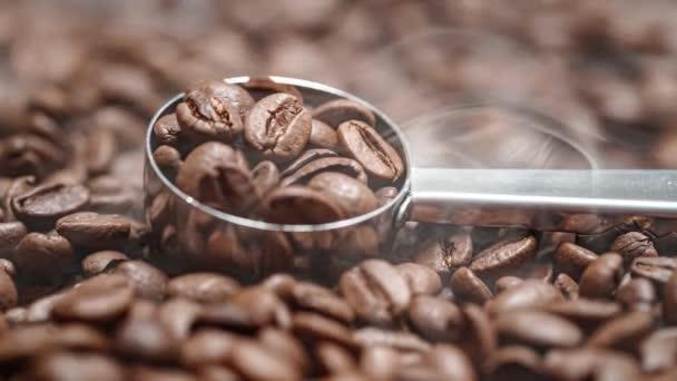 Zavřete semínka kávy. Vůně kávových zrn jsou pražené kouře pochází z kávových zrn.