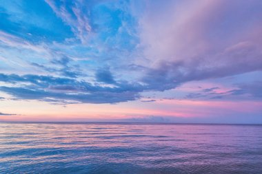 The sea is a night sky, horizon line and beautiful clouds