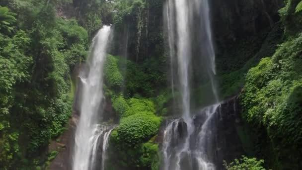Úžasný vodopád v Bali
