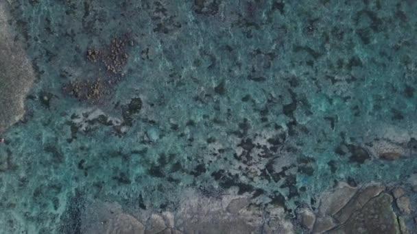 DRONY zastřelených letecký pohled shora nadjezdu odlivu moře