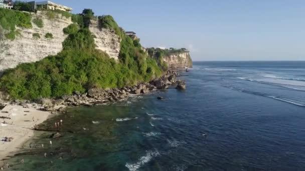 Letecký pohled na vlny udeřit skály a stvol útesu