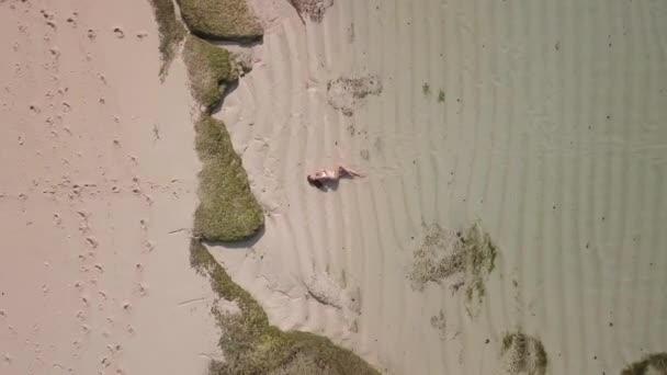 Felülnézete a nő homokos strand.