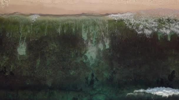 Horní pohled na vlny se rozvlní na pláži