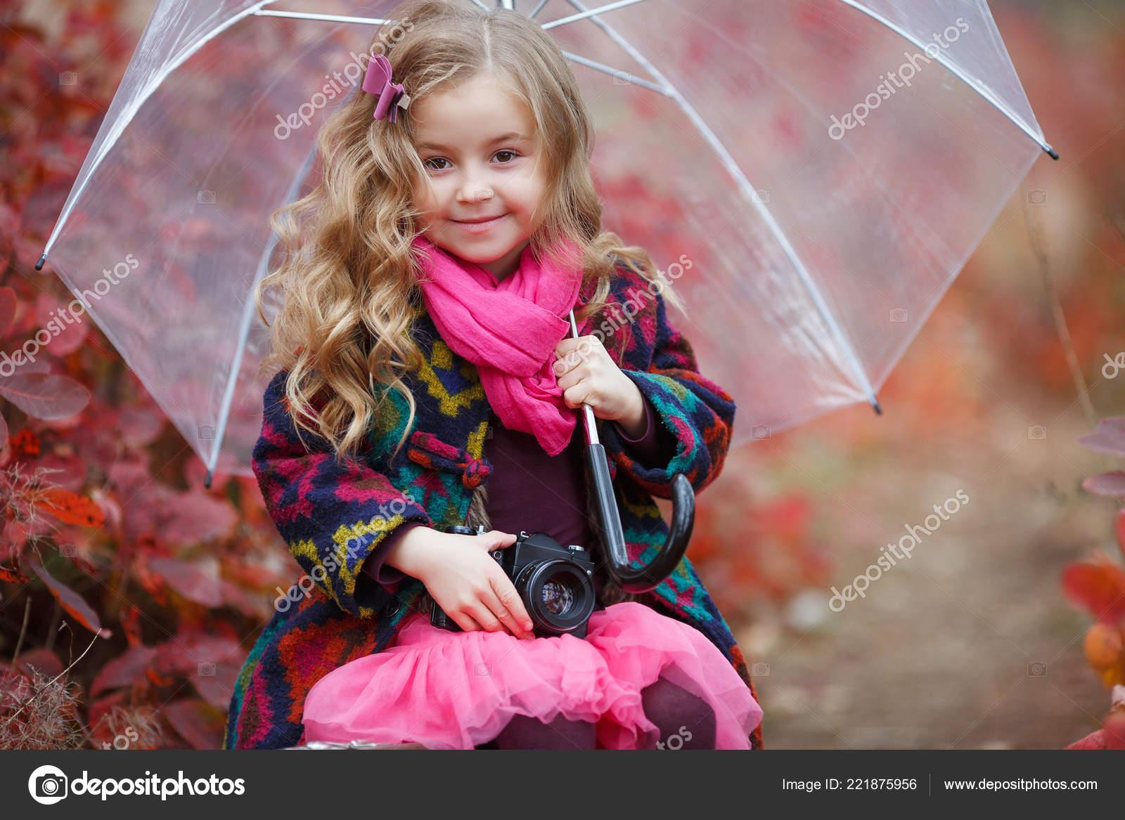 Mignonne petite fille jouant avec feuilles d or. Heureux enfant marchant  dans le parc automne. Belle or en automne. Mode enfants automne. Jolie fille  avec ... 59e33678675