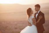 Esküvői pár egy levendula mező naplementekor, menyasszony és vőlegény