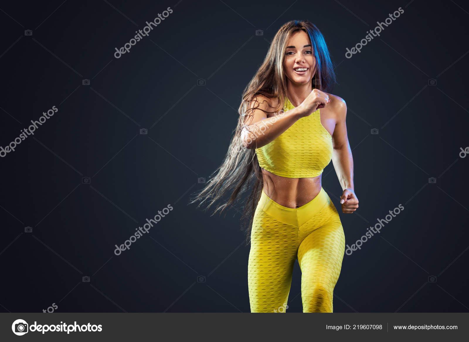 f64a4f71d887 Fuerte atlético, sprinter mujer, en fondo negro con amarillo ropa ...