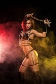Sinnliche Provokation einer sexy Frau mit Ketten auf schwarzem Hintergrund. Bdsm-Konzept