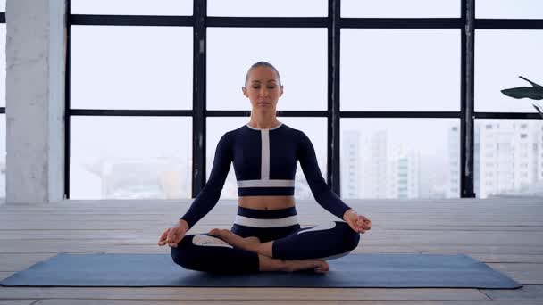 Jóga a házban. Sport rekreáció. Gyönyörű fiatal nő kezében mudra és namaste pózol meditáció. Egyéni sportok.