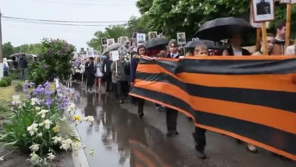 Primorsko-Akhtarsk, Rusko, 9. května 2018: Oslava dne vítězství 9 května. Nesmrtelný pluku na den vítězství
