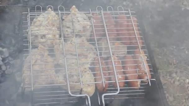 Főzés a grill barbecue. A parazsat sült hús és kolbászok
