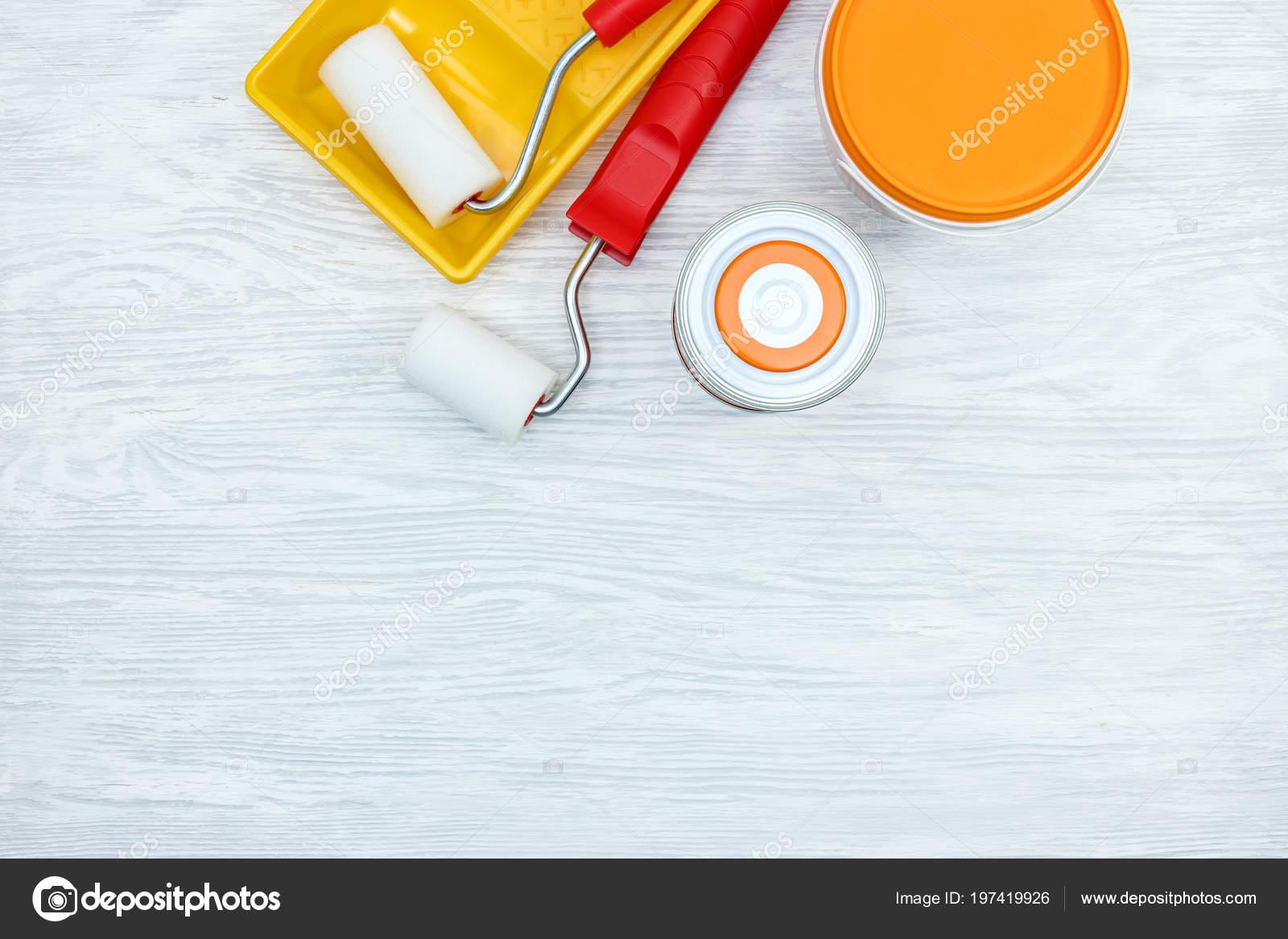 Boîtes peinture rouleaux peindre bac peinture sur bureau bois gris
