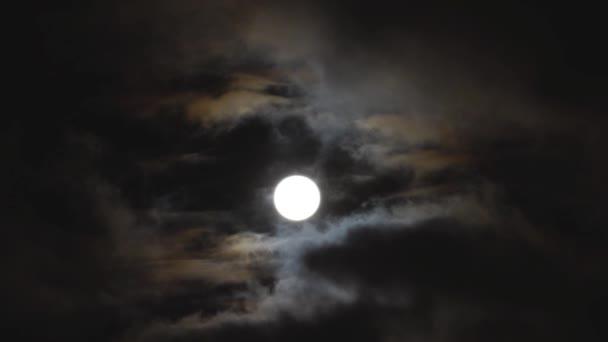 Noc úplňku a mraky