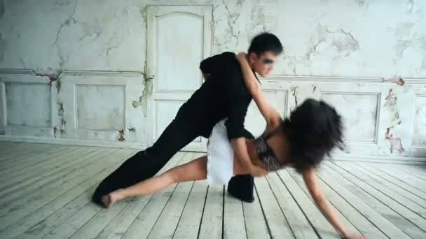 Junge sexy Paare tanzen