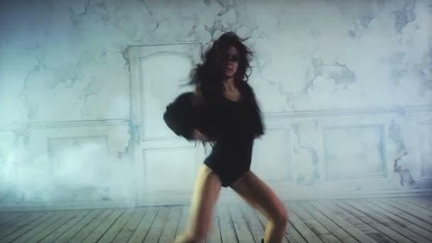 mladá sexy ženy tančí