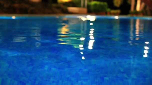 Vlny venku u bazénu.