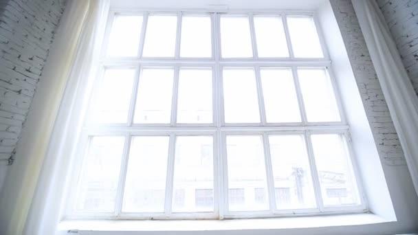 Velké bílé okno se světlem.