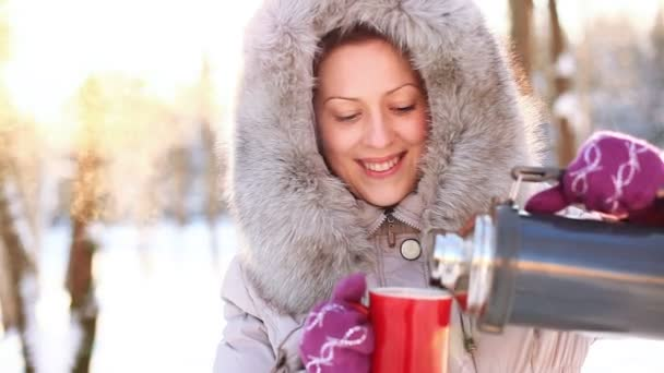Mladá žena pít venku.