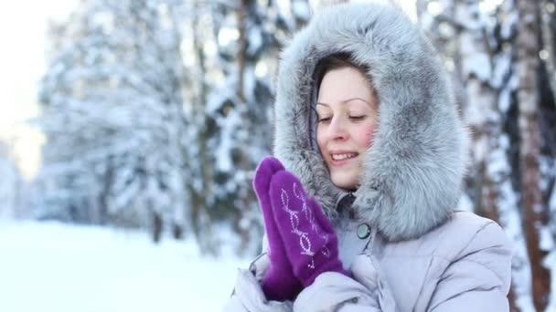 Fiatal nő télen a szabadban portré.