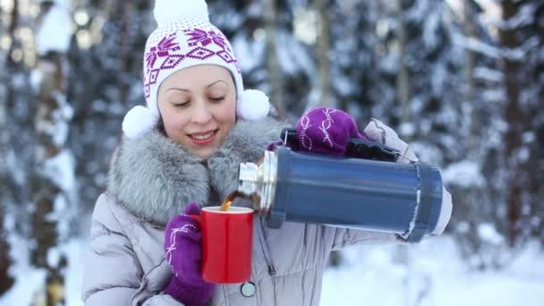 junge Frau trinkt im Freien.