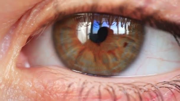 Detailní záběr oka mladá žena