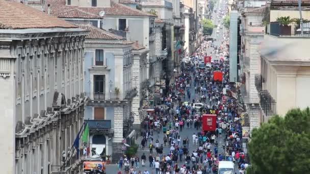 Catania, Italia - 8 maggio 2018: Persone che camminano per la strada centrale Via Etnea