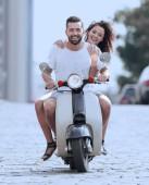 Šťastný mladý pár vlastní invenci v městě za slunečného dne