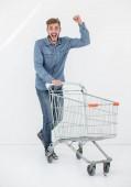 Fotografie Po celé délce portrét šťastný muž, který s nákupním vozíkem