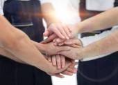 Fotografie Tým hybatelů ukazuje jednotu, lidé dávat dohromady své ruce