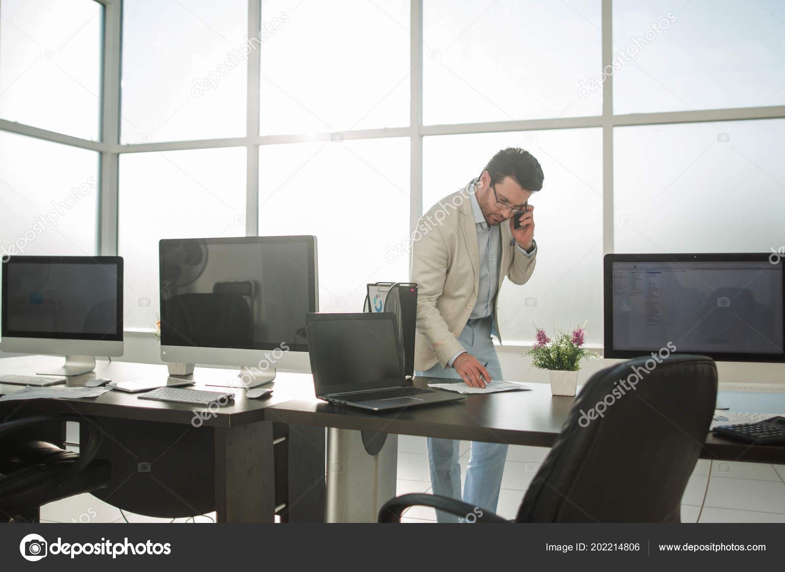 Geschaftsmann Arbeiten Auf Einem Rechner Stehen In Einem Hellen