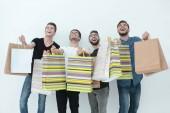 Gruppe glücklicher junger Freunde mit Einkaufstüten.