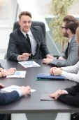 podnikatel na setkání se zaměstnanci