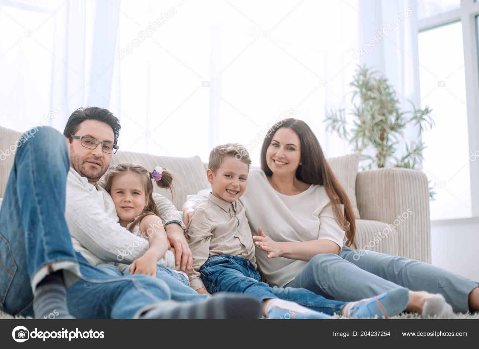 89efe4b66b35c Descansando em sua sala de estar confortável e feliz família — Fotografia  de Stock