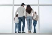 Fotografie hintere view.dreaming Familie schaut aus dem großen Fenster