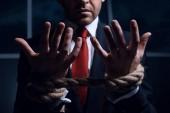 Fotografia uomo daffari con le mani legate in corde