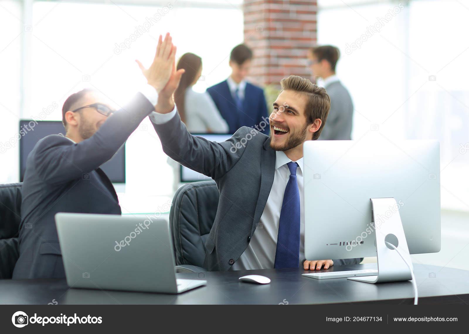 Empresarios De éxito Dando 5 Para La Motivación Foto De