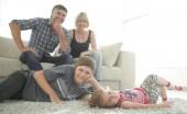 Fotografie Portrét dětí, zatímco rodiče sedí na pohovce v obývacím roo