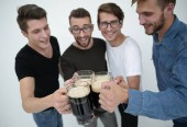 Photo guys with mugs of beer isolated on white background