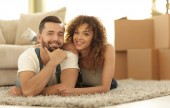 Fotografie Šťastný pár leží na koberci na rozostřeného pozadí