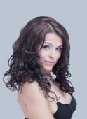 Krásná žena tvář zblízka portrétní studio mladých na šedé