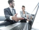obchodní kolegové pracují s notebookem