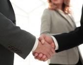 Zblízka obchodní muž handshake společně na zasedací místnost