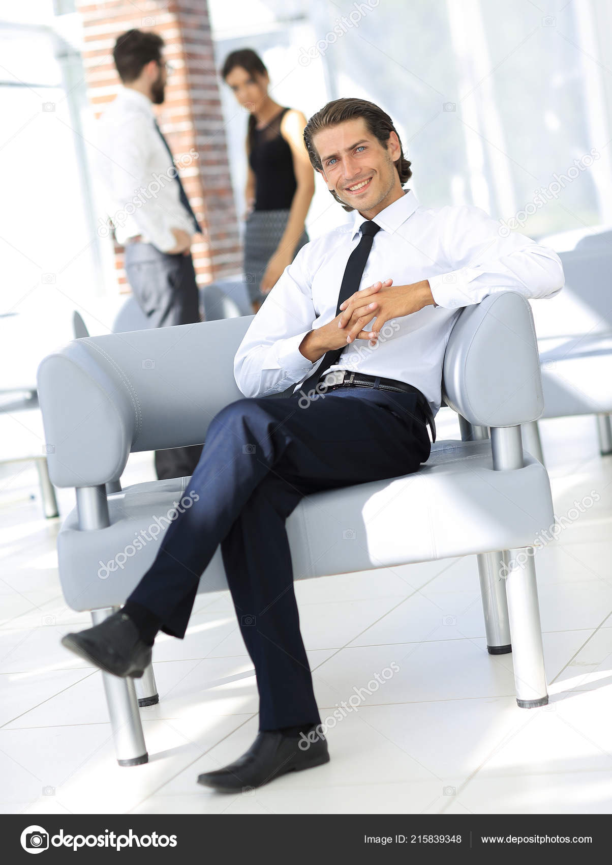 фото респектабельного мужчины сидящего в кресле настолько много, что