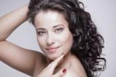 Koncept péče o kůži. Šťastná žena s čistou zářící pleť