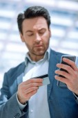 Fotografie close up.businessman dialing the number on the smartphone