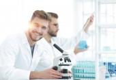 Mužské výzkumník provádění vědeckého výzkumu v laboratoři pomocí mikroskopu