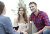 Mladý šťastný pár na terapii sezení s rodinným psycholog