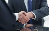 zblízka. handshake podnikatelů