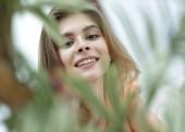 mosolygó arc elmosódott háttér nő portréja.