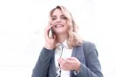 sikeres üzletasszony beszél a telefonon.
