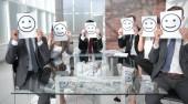 Obchodní tým drží papír s pozitivní smajlík